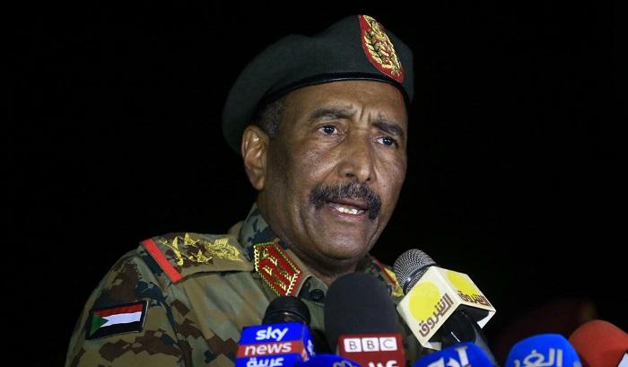 """رئيس مجلس السيادة السوداني يتعهّد العمل على """"هيكلة"""" الجيش .. البرهان: لا اتشرّف أن أجلس مع ناشط يقول إننا نخصم من رصيده الشعبي"""