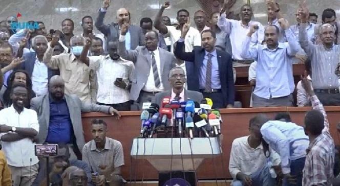 وجدي صالح: الثورة محروسة ولن نحيد ونتراجع عن التفكيك .. لجان المقاومة تستجيب لنداء لجنة التفكيك وتحتشد في قاعة البرلمان