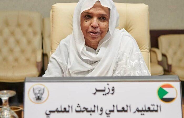 أساتذة جامعة السودان ينفذون وقفة احتجاجية للمطالبة باقالة وزيرة التعليم العالي